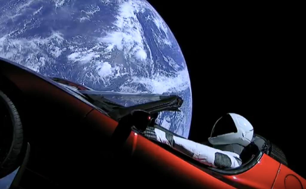Tesla Roadster to spáce